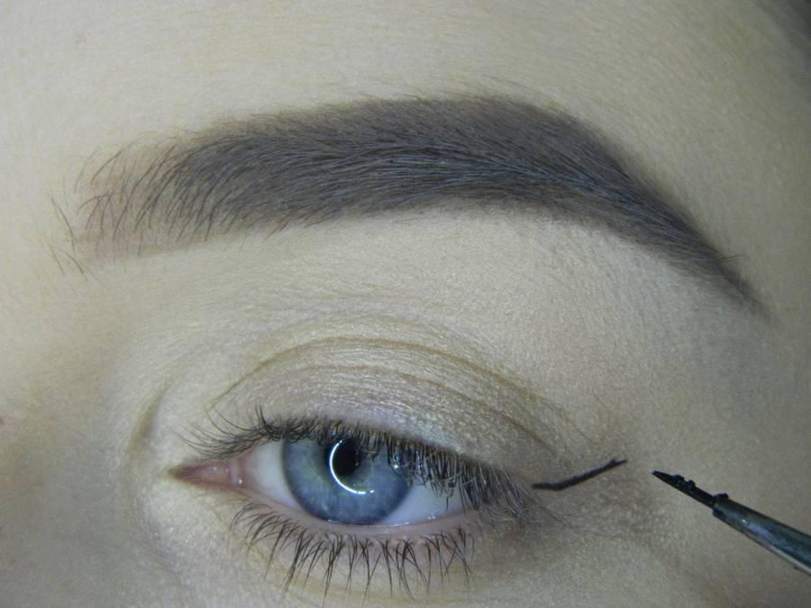 Выполнение яркого макияжа на основе растушеванной стрелки шаг 4