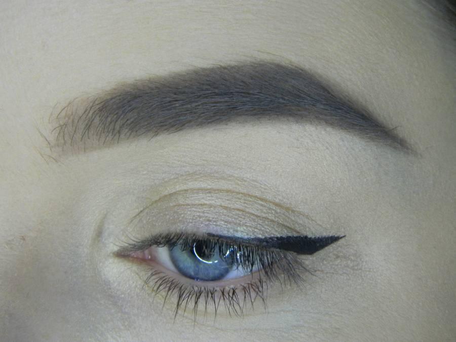 Выполнение яркого макияжа на основе растушеванной стрелки шаг 5