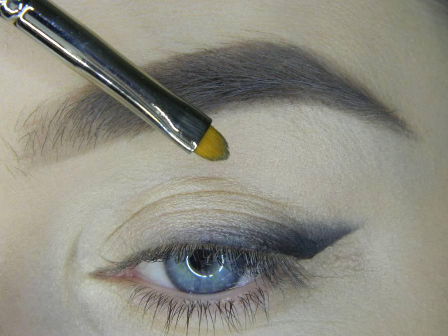 Выполнение яркого макияжа на основе растушеванной стрелки шаг 6