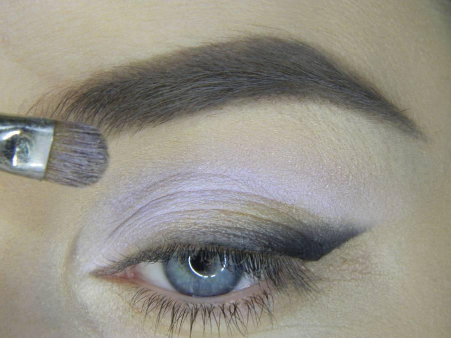Выполнение яркого макияжа на основе растушеванной стрелки шаг 7