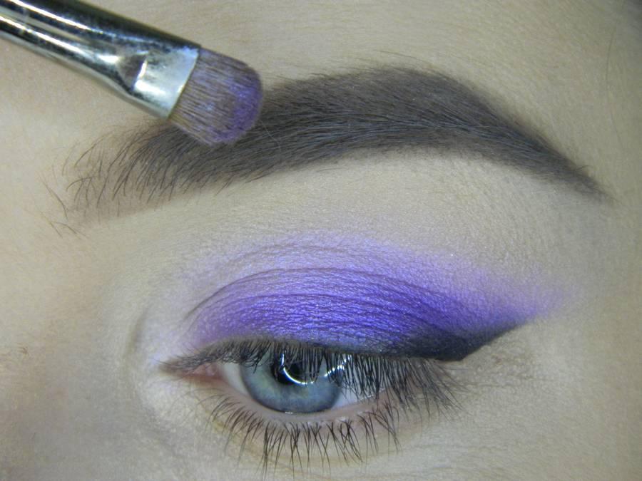 Выполнение яркого макияжа на основе растушеванной стрелки шаг 8