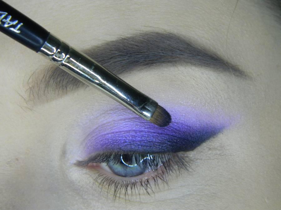 Выполнение яркого макияжа на основе растушеванной стрелки шаг 9