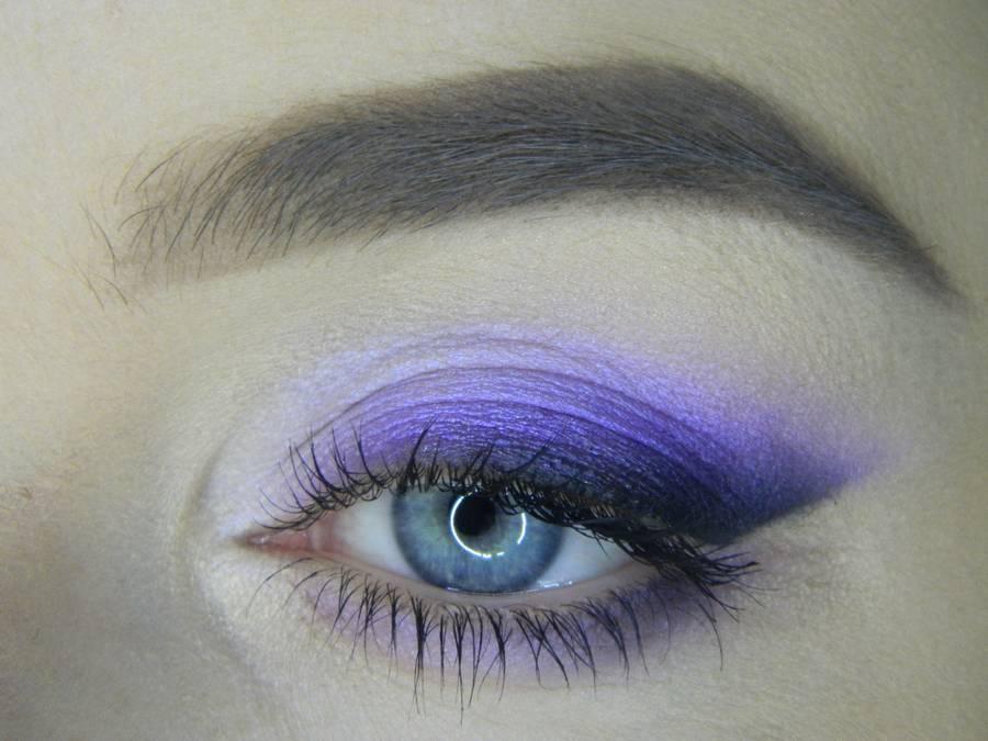 Яркий макияж на основе растушеванной стрелки