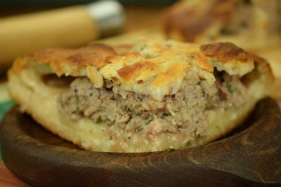 Мясной пирог с большим количеством начинки