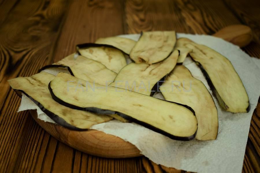 Приготовление из баклажанов рулетов с сыром, чесноком и грецким орехом шаг 7