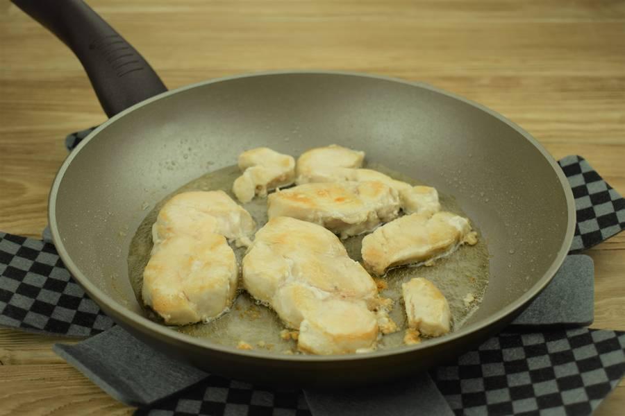 Приготовление картофеля, фаршированного курицей с сыром и чесноком шаг 3