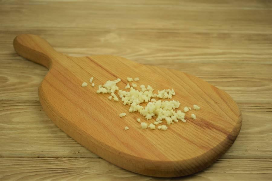 Приготовление картофеля, фаршированного курицей с сыром и чесноком шаг 5