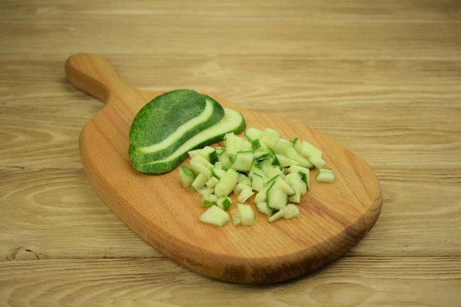 Приготовление салата из зеленого лука с огурцами и яйцом шаг 2