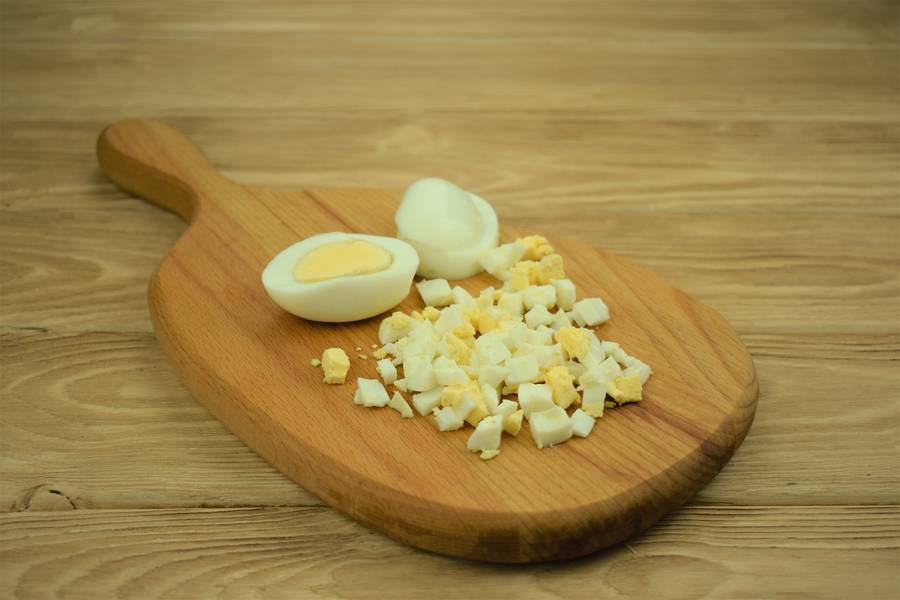Приготовление салата из зеленого лука с огурцами и яйцом шаг 3