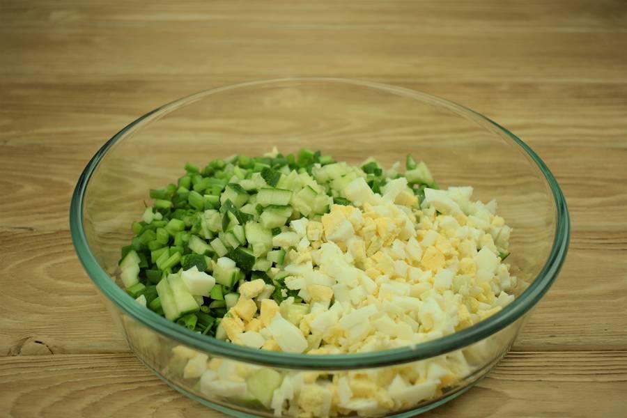 Приготовление салата из зеленого лука с огурцами и яйцом шаг 4