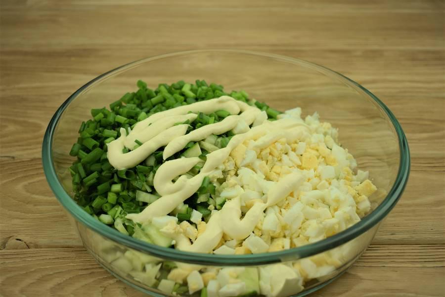 Приготовление салата из зеленого лука с огурцами и яйцом шаг 5