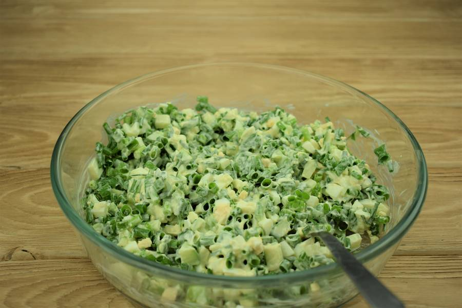 Приготовление салата из зеленого лука с огурцами и яйцом шаг 6