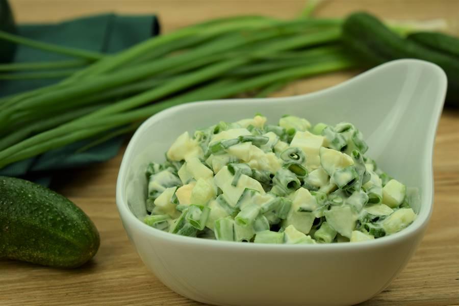 Салат из зеленого лука с огурцом и яйцом