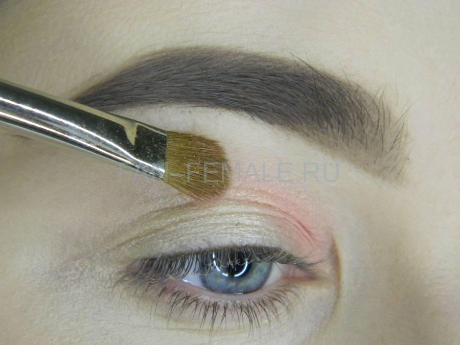 Выполнение легкого макияжа с розовым акцентом шаг 2