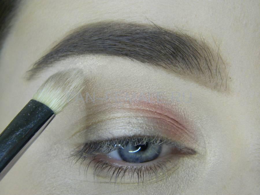 Выполнение легкого макияжа с розовым акцентом шаг 3