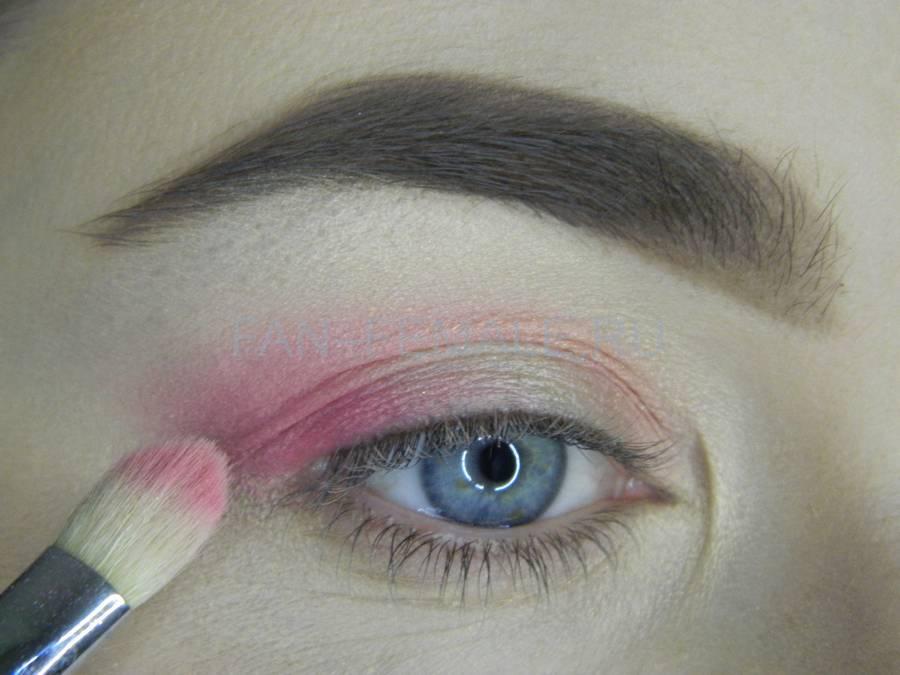 Выполнение легкого макияжа с розовым акцентом шаг 5