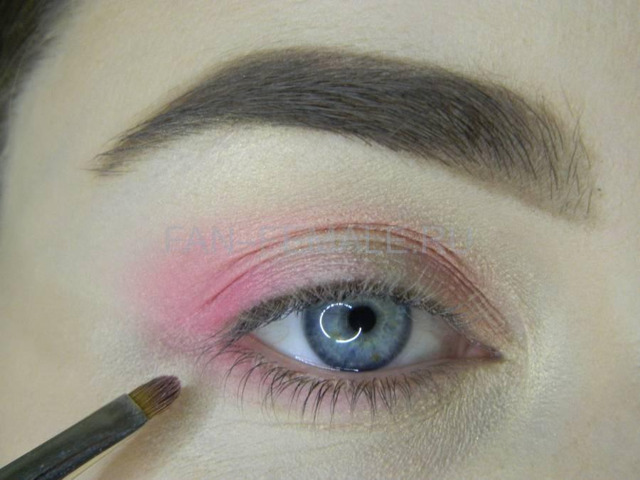 Выполнение легкого макияжа с розовым акцентом шаг 6