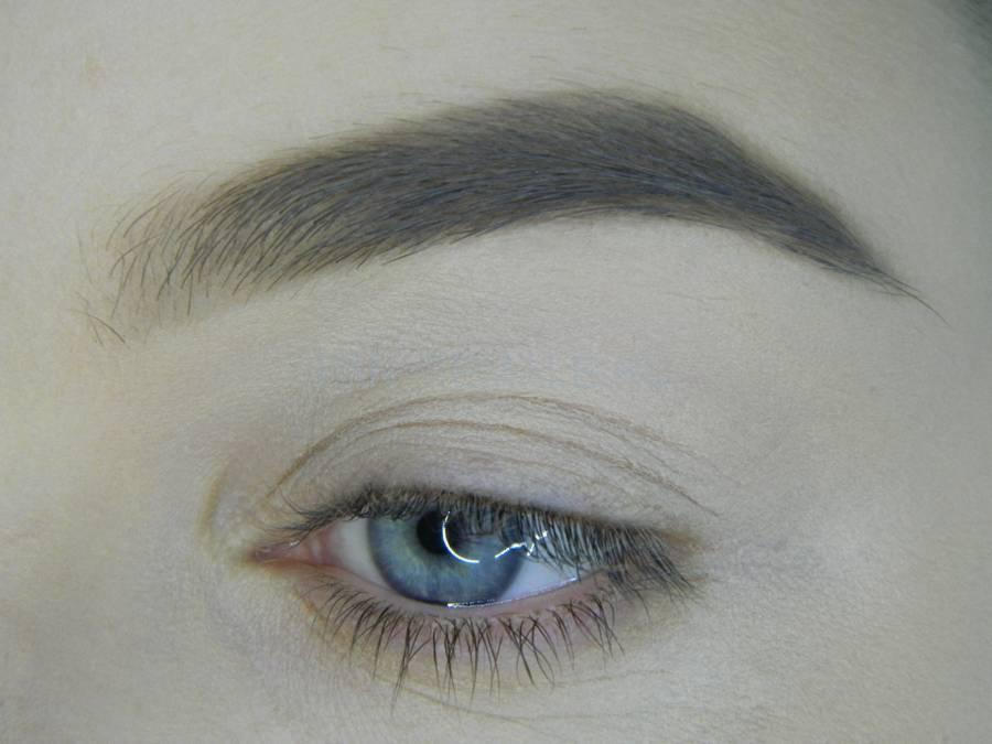 Выполнение универсального цветного макияжа глаз шаг 1