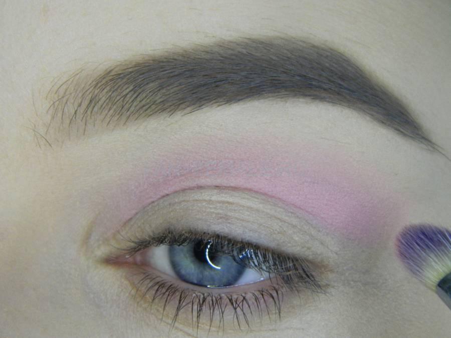 Выполнение универсального цветного макияжа глаз шаг 2