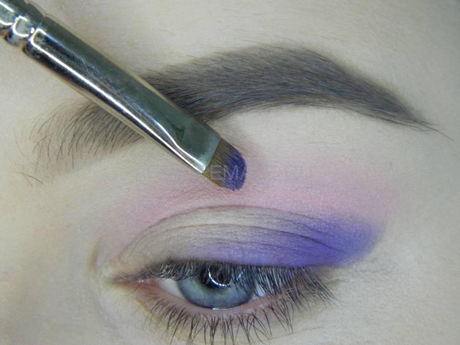 Выполнение универсального цветного макияжа глаз шаг 3