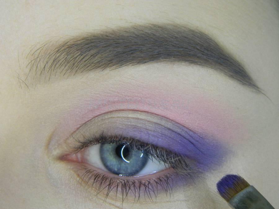 Выполнение универсального цветного макияжа глаз шаг 4