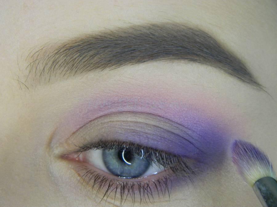Выполнение универсального цветного макияжа глаз шаг 5
