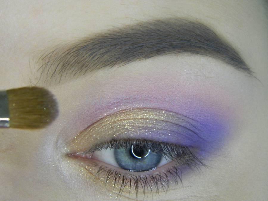 Выполнение универсального цветного макияжа глаз шаг 7