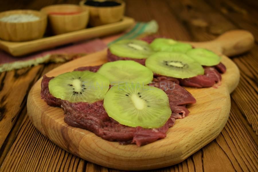 Приготовление говядины, запеченной с киви под сыром шаг 3