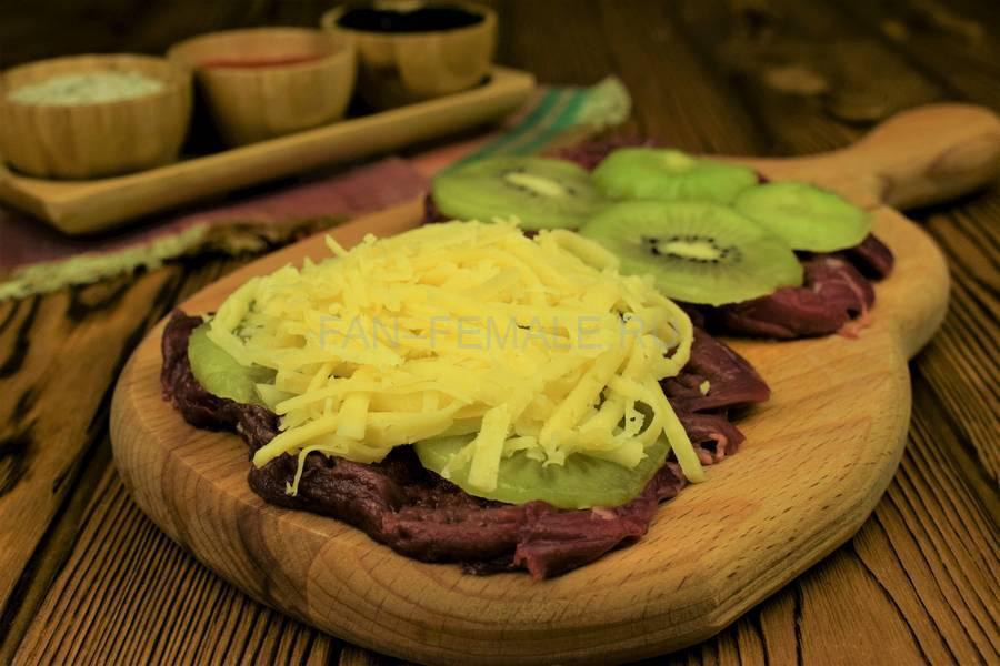 Приготовление говядины, запеченной с киви под сыром шаг 4