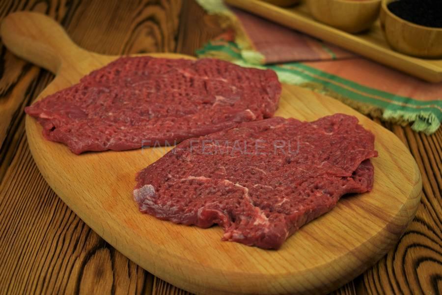 Приготовление жареной говяжьей вырезки с красным луком и черным тмином шаг 4