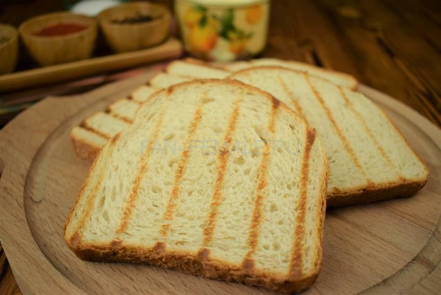 Приготовление сэндвича из пшеничного хлеба с жареной свининой, черри, красным луком шаг 1