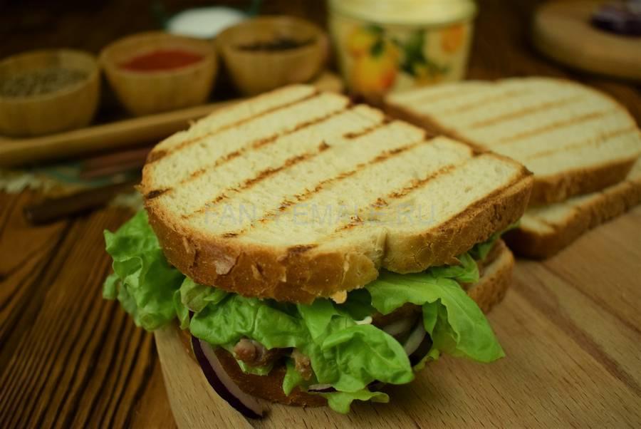 Приготовление сэндвича из пшеничного хлеба с жареной свининой, черри, красным луком шаг 11
