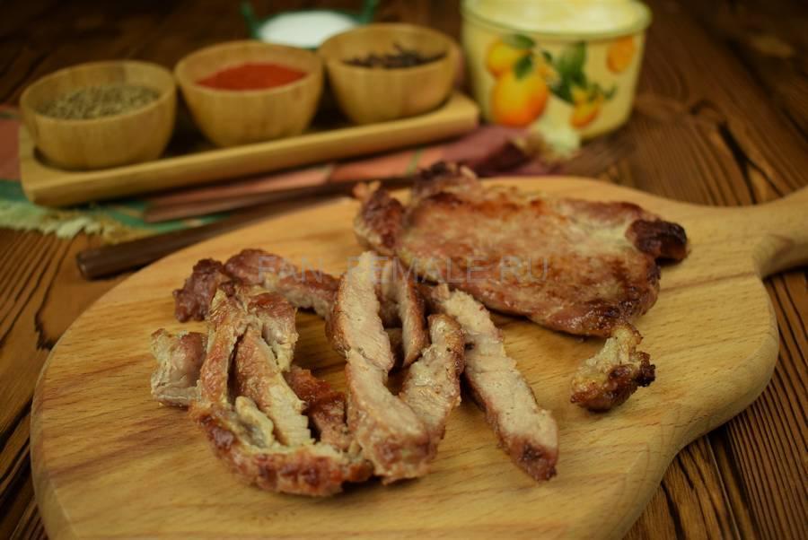 Приготовление сэндвича из пшеничного хлеба с жареной свининой, черри, красным луком шаг 2