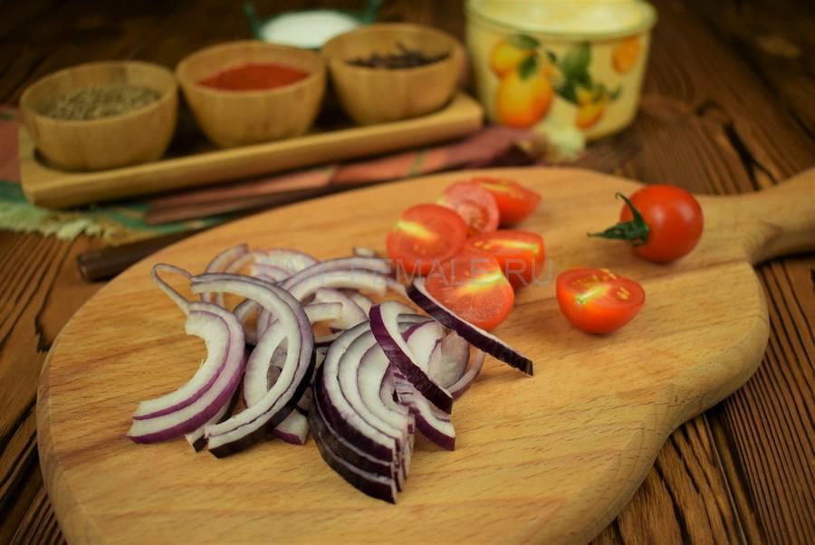Приготовление сэндвича из пшеничного хлеба с жареной свининой, черри, красным луком шаг 3