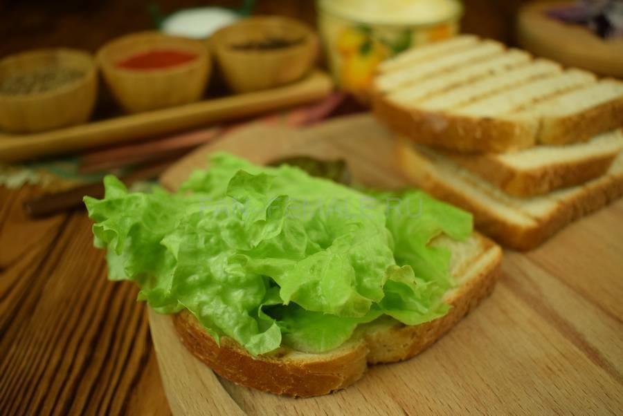 Приготовление сэндвича из пшеничного хлеба с жареной свининой, черри, красным луком шаг 4