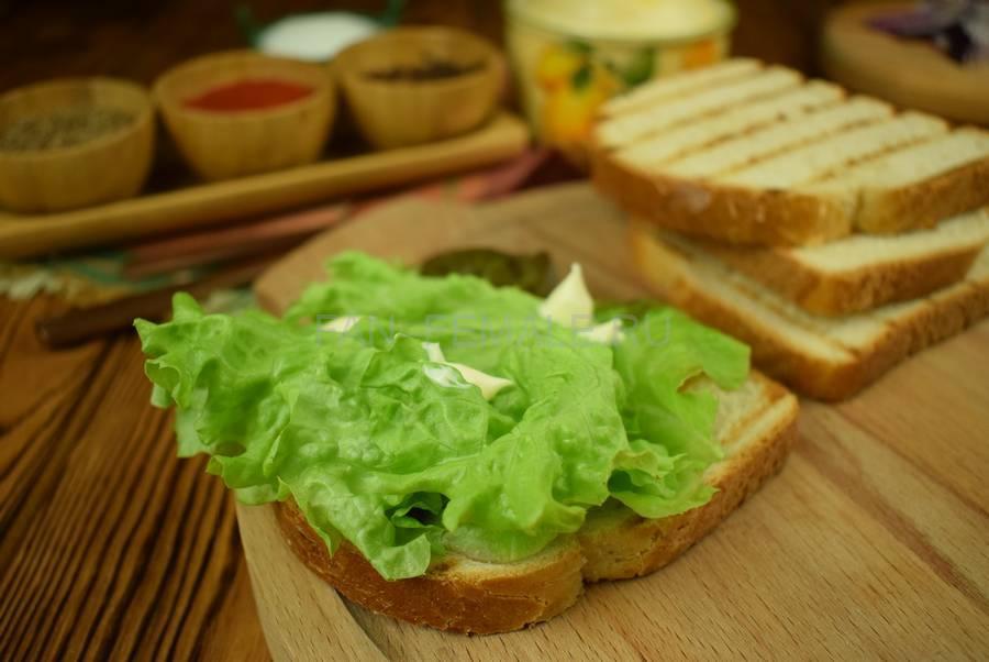 Приготовление сэндвича из пшеничного хлеба с жареной свининой, черри, красным луком шаг 5