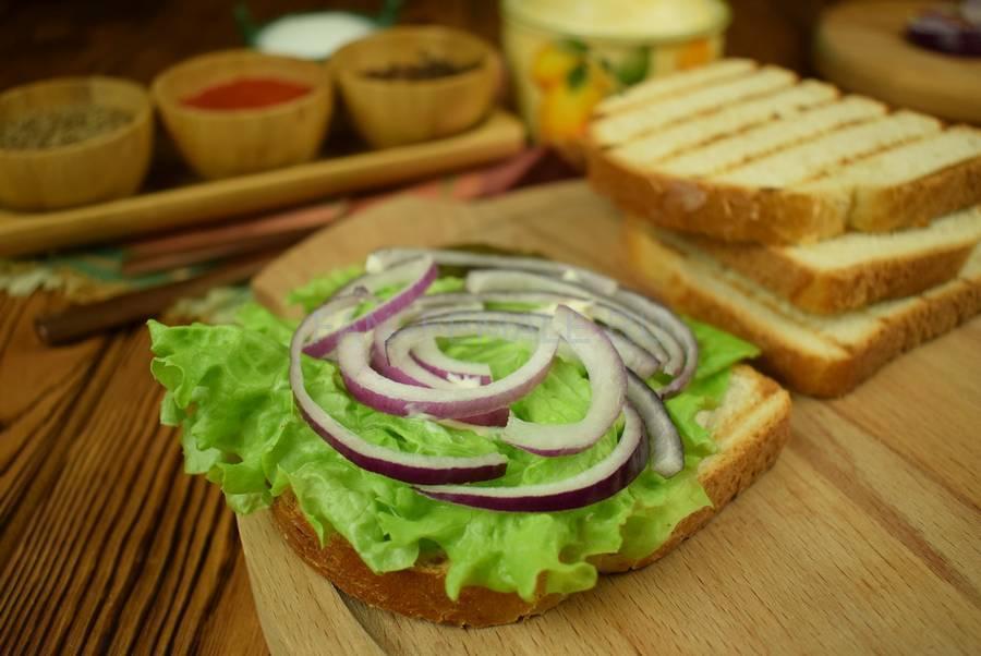 Приготовление сэндвича из пшеничного хлеба с жареной свининой, черри, красным луком шаг 6