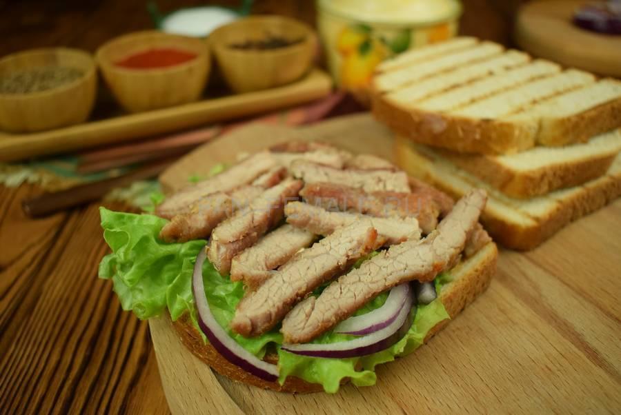 Приготовление сэндвича из пшеничного хлеба с жареной свининой, черри, красным луком шаг 7