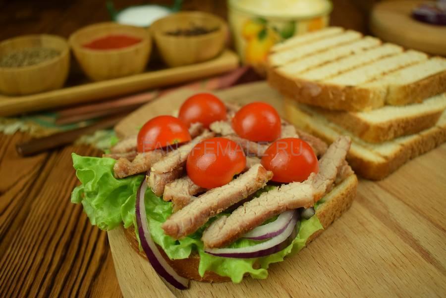 Приготовление сэндвича из пшеничного хлеба с жареной свининой, черри, красным луком шаг 8