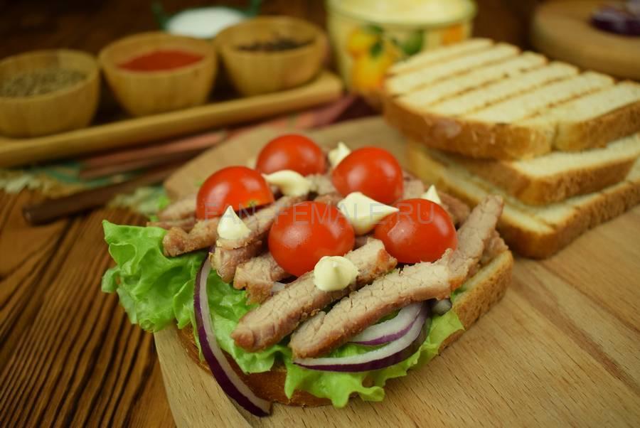 Приготовление сэндвича из пшеничного хлеба с жареной свининой, черри, красным луком шаг 9