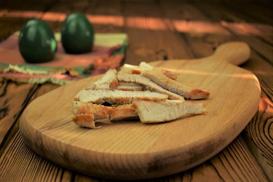 Приготовление сэндвича с зерновым хлебом, индейкой, красным луком, кудрявой капустой и майонезом шаг 1