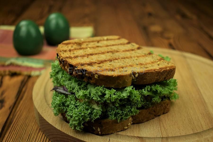 Приготовление сэндвича с зерновым хлебом, индейкой, красным луком, кудрявой капустой и майонезом шаг 10