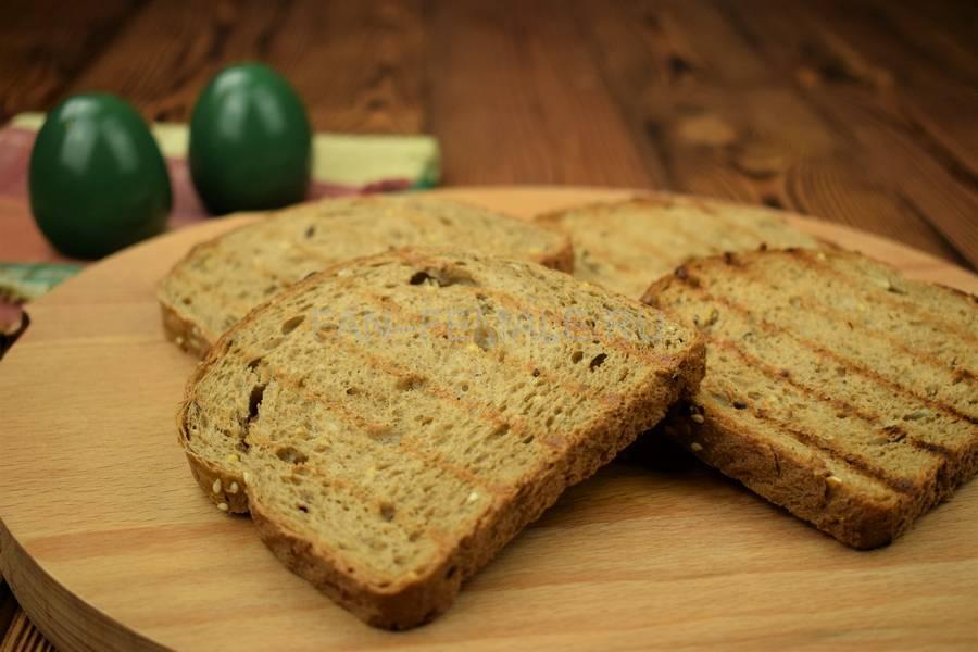 Приготовление сэндвича с зерновым хлебом, индейкой, красным луком, кудрявой капустой и майонезом шаг 3