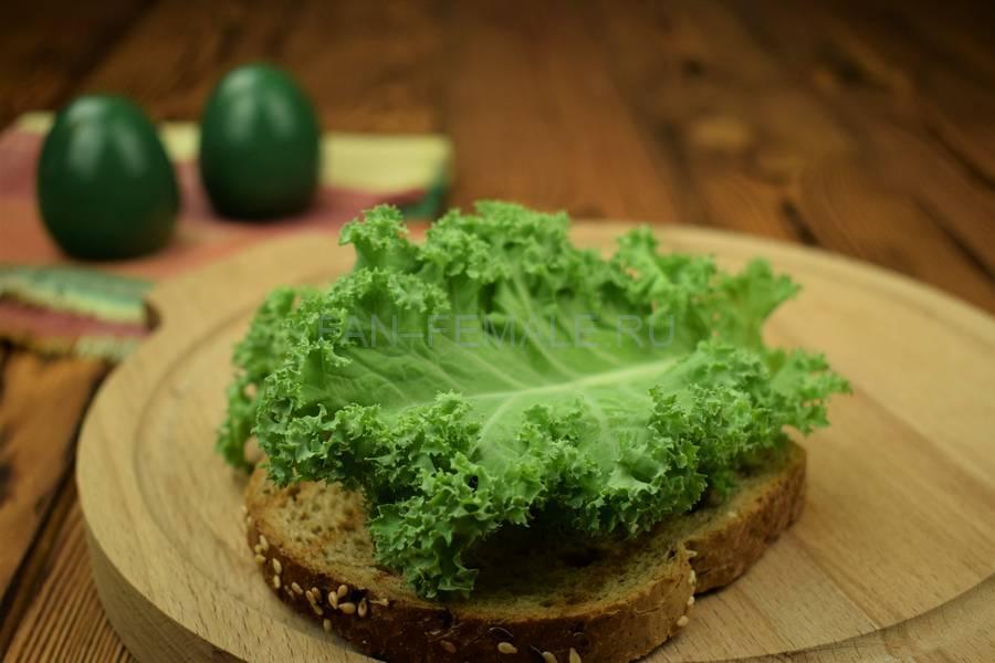 Приготовление сэндвича с зерновым хлебом, индейкой, красным луком, кудрявой капустой и майонезом шаг 4