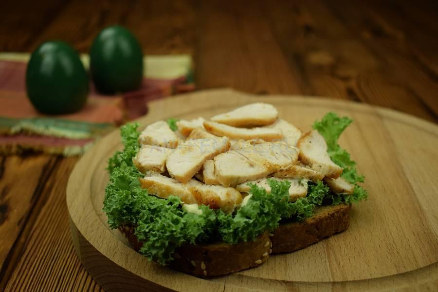 Приготовление сэндвича с зерновым хлебом, индейкой, красным луком, кудрявой капустой и майонезом шаг 6