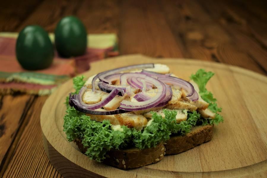 Приготовление сэндвича с зерновым хлебом, индейкой, красным луком, кудрявой капустой и майонезом шаг 7