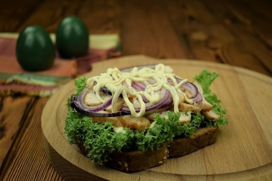 Приготовление сэндвича с зерновым хлебом, индейкой, красным луком, кудрявой капустой и майонезом шаг 8