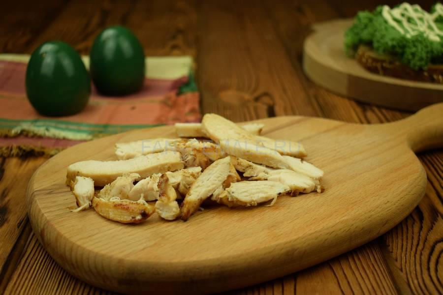 Приготовление сэндвича с зерновым хлебом, курицей, яйцом, салатом и майонезом шаг 1