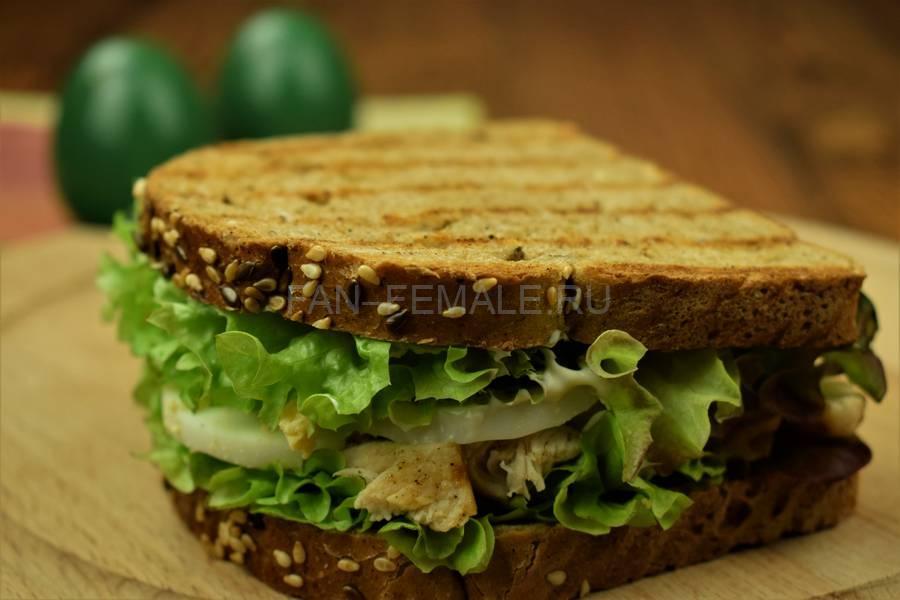 Приготовление сэндвича с зерновым хлебом, курицей, яйцом, салатом и майонезом шаг 10