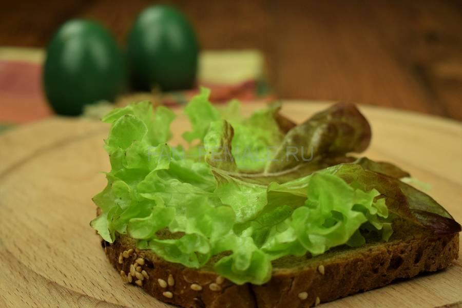 Приготовление сэндвича с зерновым хлебом, курицей, яйцом, салатом и майонезом шаг 4